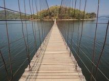 Мост веревочки направляет к сиротливому острову через озеро стоковая фотография rf