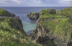 Мост веревочки Carrick-a-Rede известный мост веревочки около Ballintoy в графстве антриме в Северной Ирландии Стоковое Изображение