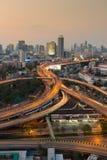 Мост взаимообмена Бангкока и повышенная дорога в наступлении ночи Стоковое Фото