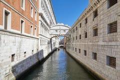 Мост вздохов и спокойная вода в канале, никто в Венеции стоковое фото