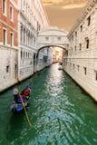 Мост вздохов и плавая гондолы Венеция Италия Стоковые Изображения