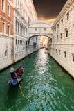Мост вздохов и плавая гондолы Венеция Италия Стоковое Фото