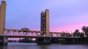 Мост внутри к центру города сток-видео