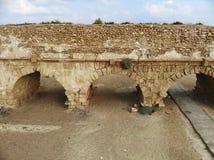 Мост-водовод на пляже в Caesarea Стоковые Изображения