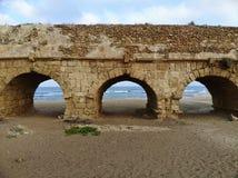 Мост-водовод на пляже в Caesarea Стоковая Фотография