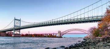 Мост ворот ада и мост Triborough вечером, в Astoria, ферзи, Нью-Йорк США стоковое фото