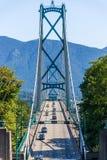 Мост ворот львов обрамленный деревьями на ясный день стоковые изображения