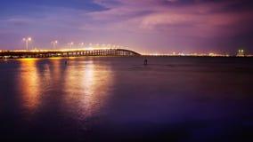 Мост водит к южному острову Padre, Техасу на заходе солнца стоковое изображение