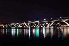 Мост Вудро Вильсона мемориальный на ноче с отражением с Стоковая Фотография RF