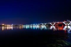 Мост Вудро Вильсона мемориальный на ноче с отражением с Стоковые Фото