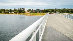 Мост входа озер идя к пляжу, сигналит внутри акции видеоматериалы