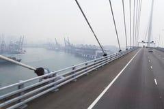 Мост в Гонконге водя к городу Стоковые Фото