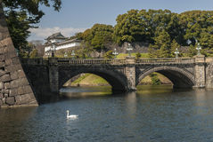 Мост в комплексе дворца императора в токио, Японии стоковые изображения