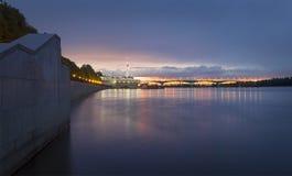 Мост в октябре yaroslavl Россия стоковая фотография rf