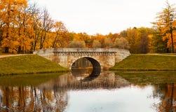 Мост в парке осени Стоковая Фотография
