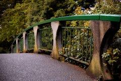 Мост в парке в пригородах Виктория, Канаде стоковая фотография