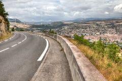 Мост в предпосылке и город в переднем плане в южной Франции стоковые фотографии rf