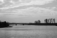 Мост в тумане Мост на реке находился в Польше Ri Стоковое Изображение