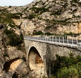 Мост в утесе стоковые изображения rf