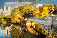 Мост в центральном парке в Нью-Йорке стоковые фото