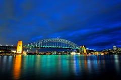 Мост гавани под голубым небом стоковые изображения rf