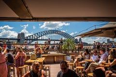 Мост гавани Сиднея от бара оперного театра Сиднея стоковые фото