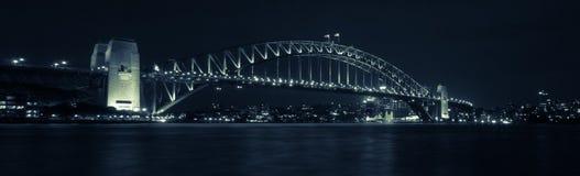 Мост гавани Сиднея панорамы к ноча Стоковые Изображения RF