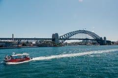 Мост гавани с шлюпкой в переднем плане Стоковые Изображения RF