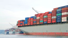 МОСТ ГАМБУРГА грузового корабля уходя порт Окленд стоковая фотография