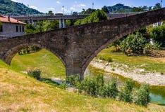 мост горба 3 archs средневековый в Италии Стоковое фото RF