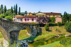 мост горба 3 archs средневековый в Италии Стоковое Изображение
