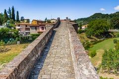 мост горба 3 archs средневековый в Италии Стоковое Фото