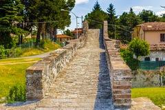 мост горба 3 archs средневековый в Италии Стоковые Изображения RF