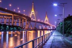 Мост города и реки ночи Стоковое Изображение RF