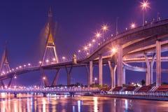 Мост города и реки ночи Стоковые Фотографии RF