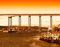 Мост города Норвегии во время предпосылки захода солнца Стоковое Изображение