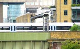 Мост города скрещивания поезда сток-видео