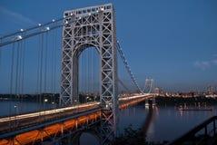 Мост Джорджа Вашингтона на сумраке стоковые фотографии rf