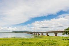 Мост ее высочества Thepsuda, запруда Pao бегства, провинция Kalasin, Таиланд с голубым небом и облаком Стоковое Фото