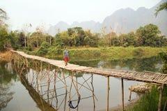 Мост жизнерадостного туристского скрещивания бамбуковый, взгляд известняка, Лаос Стоковые Фотографии RF