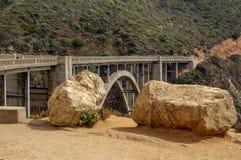 Мост заводи Bixby на namba 1 шоссе на западном побережье США путешествуя юг к Лос-Анджелесу, большая зона Sur, Калифорния стоковые фотографии rf