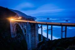 Мост заводи Bixby на ноче, в большом Sur стоковая фотография rf