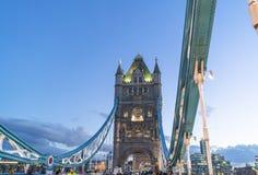 Мост загоренный в вечере - Лондон Англия Великобритания башни Лондона стоковая фотография