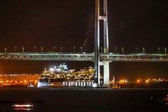 Мост залива Иокогама и тысячелетие знаменитости стоковые фотографии rf