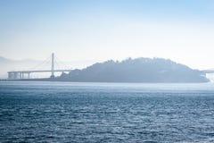 Мост залива Сан-Франциско Окленд в Калифорния, США стоковые изображения rf