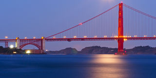 Мост золотистого строба в лунном свете Стоковые Фотографии RF