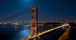 Мост золотистого строба на ноче супер-луны Стоковые Фотографии RF