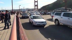Мост золотого строба при автомобили приходя справедливо за камерой Снятый от пешеходной дорожки смотря к видеоматериал