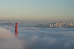 Мост золотого строба в тумане Стоковые Изображения