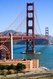 Мост золотого строба и пункт форта стоковые изображения